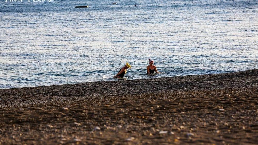 Tuffo fuori stagione a Positano, tra vento e gelo: le foto