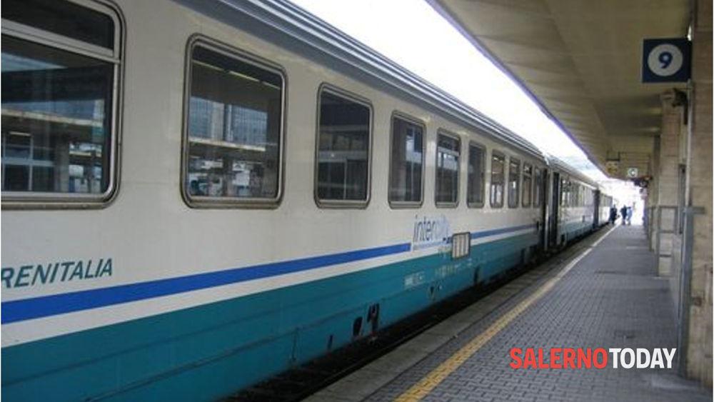 Privi di biglietto aggrediscono il controllore: denunciati 2 stranieri a Battipaglia