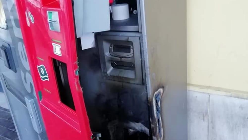 Angri, raid alla stazione: vandalizzata la biglietteria